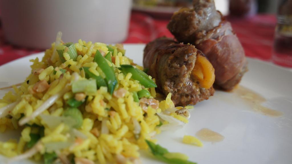 Gevulde saucijzen met gele rijst