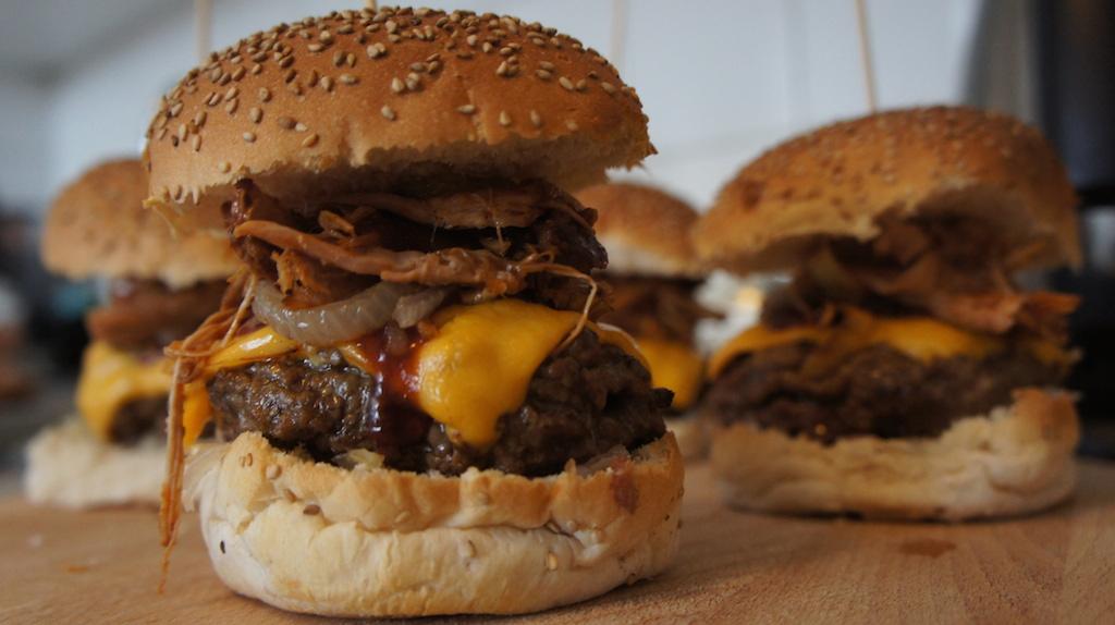 Magniefieke hamburger van beef en pulled pork