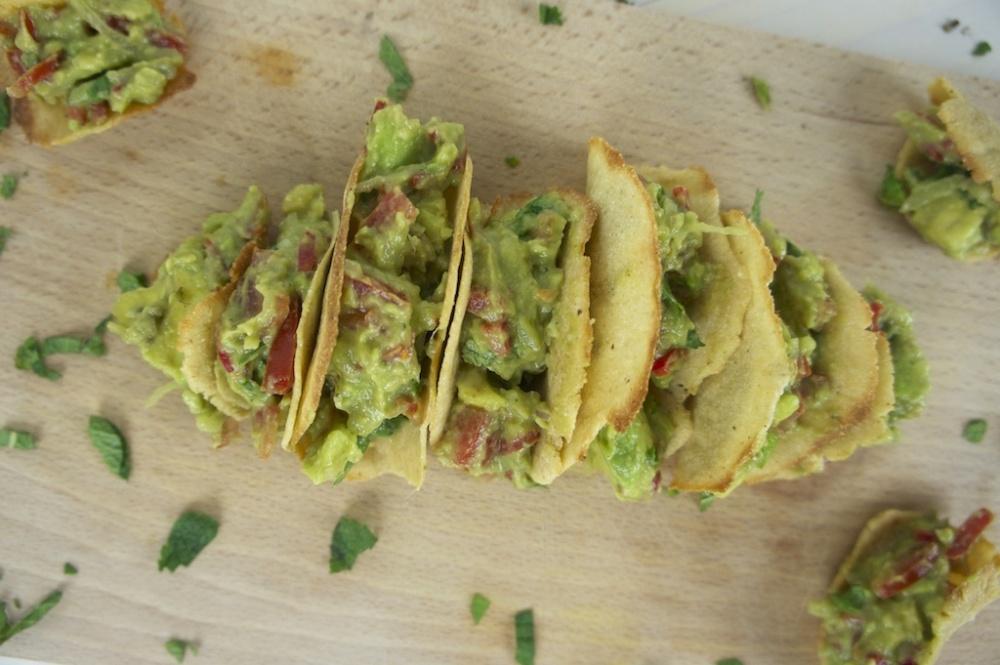 Hapjestijd: tacoschelpen van mais met guacamole